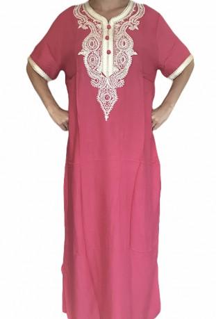 Mujer rosa Djellaba con bordados y brillantes