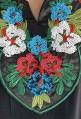 Djellaba negra con flores brillantes