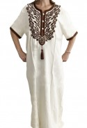Weiße Frau Djellaba mit brauner Stickerei und Perlen